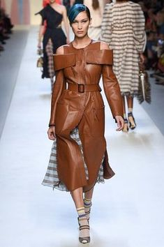 Fendi Milano - Spring Summer 2018 Ready-To-Wear - Shows - Vogue. Fashion 2018, Fashion Week, Work Fashion, Winter Fashion, Fashion Show, Fashion Outfits, Womens Fashion, Fashion Design, Fendi