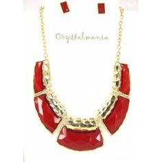 Set de collar y aretes en base dorada con detalles en color rojo estilo C3048