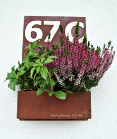 Pomysłowy ogród: Corten planter/pot house number