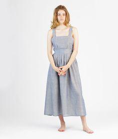 Ute ist ein luftiges Latzkleid mit einem weiten, in Falten gelegten Rock. Das Kleid hat einen Bund in der Taille und wird in der linken Seitennaht durch einen Reißverschluss geschlossen.           Level: Advanced Dieser Schnitt ist für Fortgeschrittene.                    Mehrgrößenschnitt: 34/36/38/40/42/44/46 Stoffempfehlung: leichte Baumwollstoffe, leichte Leinenstoffe, Viskose   Dieses Schnittmuster gibt es als Versandschnitt (geplottet auf 80g Papier) oder als pdf-Down...