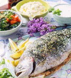 Hel ugnsbakad laxfisk med örtsås