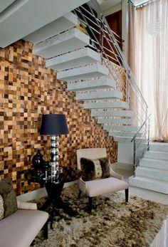 Ideal para aproveitar os espaços! As escadas deixaram de ser apenas funcionais e passaram a fazer parte da decoração do living dos s...