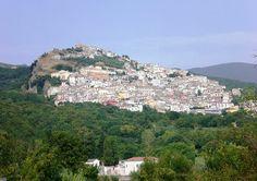 Morcone provincia di Benevento in Campania, sulle falde del monte Mucre, del Matese, sulla valle del fiume Tammaro.