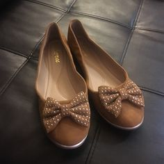 """""""Jeru"""" brown bow flats! These jeru flats I don't think have ever been worn! So comfy and fun! I am a 7 1/2-8 and these are a 7 1/2 and run a tad big on me! More of an 8. Just fyi! Love themmmm they're super comfy! jerr Shoes Flats & Loafers"""