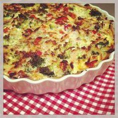 Vi kender det alle sammen - vi orker ikke at stå i køkkenet i flere timer efter en lang dag på arbejdet eller i skole. Det skal være let og overskueligt, og hvis vi kan undgå også at bruge tid på at tage ud og handle, vil vi alder helst undgå det.Tærter er en af mine absolut favorit hverd Greek Recipes, Keto Recipes, Cooking Recipes, Vegan Treats, Vegan Desserts, Vegan Runner, Vegan Gains, Pizza Snacks, Easy Food To Make