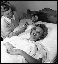 """28 Avril 1952 / Marilyn fut hospitalisée au """"Cedars of Lebanon Hospital"""" de Los Angeles pour une crise d'appendicite, après  des semaines de douleurs intermittentes. Elle fut opérée par le Docteur Marcus RABWIN, assisté de son gynécologue, le Docteur Leon KROHN. Avant l'intervention, Marilyn qui était persuadée que cette opération pourrait compromettre sa capacité à avoir des enfants, se colla sur le ventre, avec du ruban adhésif un message pathétique où elle lui demandait d'être extrêmement…"""