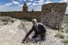 Khor Virap, Armenia, 2017 - Pan Karle u arménského kláštera Khor Virap - jeden z těch, kteří oslovují turisty a prosí je o finanční pomoc. Pochází z azerbajdžánského Baku a ve špatných podmínkách živí rodinu s několika dětmi. Byli jsme rádi, že jsme s ním mohli prohodit pár slov, on byl vděčný za naši podporu. #armenia #armenie #khorvirap #khor #virap #monastery #klaster #church #people #man #landscape