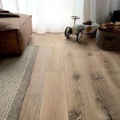 Eiken houten vloer geschaafd gerookt en wit geolied. Benieuwd wat deze vloer kost? Bereken het online of kom langs in de showroom. Jouw wens is onze opdracht