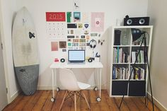 Whether you're looking to decorate a business or home office a few decor and storage tips can go a long way to creating a functional work space. Read on to learn about using available light and the importance of storage. Container Home Designs, Container Homes, Cargo Container, Home Office, Office Free, Office Cubicle, Wooden Cubes, Diy Apartment Decor, Apartment Deck