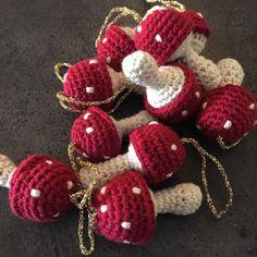 Et kreativt univers der omhandler alt inden for hækling. Her kan du både få inspiration eller finde gratis hækle opskrifter til alt hvad hjertet begærer. Kreamania er stedet du kan finde en masse inspiration. Crochet Food, Crochet Motif, Crochet Flowers, Knit Crochet, Crochet Patterns, Crochet Christmas Ornaments, Christmas Knitting, Christmas Crafts, Yarn Crafts