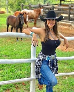 Mode Country, Hot Country Girls, Country Women, Sexy Cowgirl Outfits, Rodeo Outfits, Western Outfits, Cow Girl Outfits, Cowboy Outfits For Women, Cowgirl Clothing
