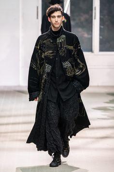 Yamamoto Fall 2019 Menswear Fashion Show Collection: See the complete Yohji Yamamoto Fall 2019 Menswear collection. Look 17 Trendy Fashion, Spring Fashion, Autumn Fashion, Mens Fashion, Fashion Outfits, Fashion Trends, High Fashion Men, Men Fashion Show, Men's Outfits