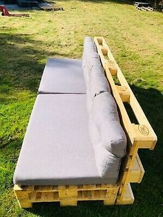 Pallet Furniture Chairs, Diy Pallet Couch, Palette Furniture, Pallet Furniture Designs, Diy Garden Furniture, Garden Sofa, Garden Seating, Pallet Furniture Dimensions, Pallet Couch Outdoor