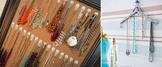 Os ganchos adesivos também são ótimos para organizar bijuterias! Dá para colar em uma parede, na porta do guarda-roupa e até improvisar com um lindo organizador feito de cabide!