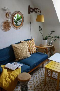 Heimat-Refugium: Vintage-Wohnzimmer in einer 35 qm Wohnung! Entdecke noch mehr Wohnideen auf COUCHstyle #living #wohnen #wohnideen #einrichten #interior #COUCHstyle #vintage #daybed #Scherenlampe #petrol #senfgelb #Rattan #Spiegel