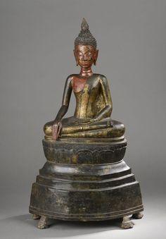 Buddha Maravijaya sur un haut tertre assis en virasana et bumishparshamudra. Bronze laqué et doré. Cambodge. Période Post Khmer. 17 ème siècle. 70cm.