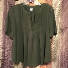 NWT flowy crop Hunter green in color. Silky soft. 100% rayon. Size S= TTS. Never worn except to try on✌️ Old Navy Tops Blouses