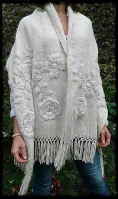 Manta Rosas natural bordada en tonos naturales - Tax Tutorial and Ideas Embroidery On Clothes, Wool Embroidery, Embroidered Clothes, Embroidery Fashion, Embroidery Stitches, Embroidery Patterns, Knitting Patterns, Crochet Patterns, Crochet Poncho