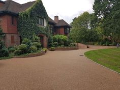 Improve the look of your home with resin driveways. Diamond Driveways create easy to maintain, decorative and slip resistant resin bound driveways. Front Driveway Ideas, Block Paving Driveway, Resin Driveway, Resin Patio, Stone Driveway, Driveway Design, Concrete Block Paving, Slate Paving, Driveway Materials