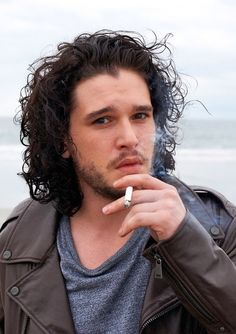 Kit Harington smoking. Y os that so hot?