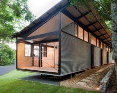 Imagen de fachada urbana, de tamaño medio, de una planta, con revestimiento de metal y tejado de un solo tendido