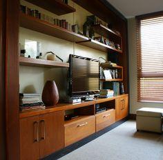 de www.cristianmontero.cl - un mueble mural hecho a medida en Cedro , para incorporar TV , equipos y libro para una sala de estar.