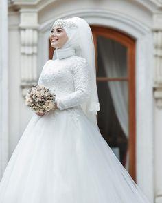 Gözleri ışıl ışıl gelinciklerim🦋 Harika gelinbaşı ve makyaj anlaşmalı kuaförlerimizden nagişim eline sağlık @tuanamturban 🌸 Team work photographer @niyazitaskinphotography Hijabi Wedding, Muslim Wedding Gown, Wedding Hijab Styles, Muslimah Wedding Dress, Modest Wedding Dresses, Wedding Gowns, Hijab Bride, Pakistani Bridal Dresses, Bridesmaid Dresses