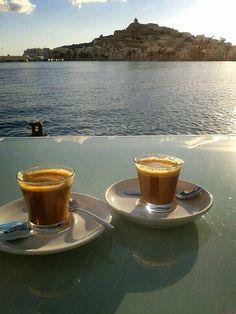 Café para dos en Sa Calma, Marina Ibiza. Cortesía de Ana Serra