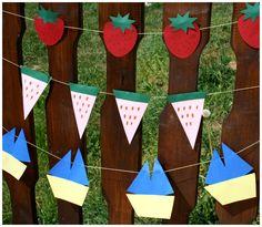 Letní girlanda z barevného papíru. Ozdobný řetěz. Jahody, melouny a motiv loďky.