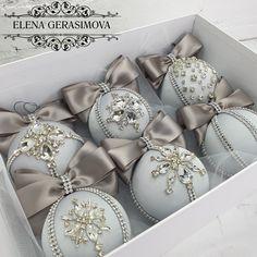 Luxury Christmas Decor, Silver Christmas Decorations, Christmas Ornaments To Make, Gold Christmas, Homemade Christmas, Beautiful Christmas, Christmas Tree Inspiration, Xmas Ideas, Decor Ideas
