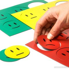 Große Smiley-Symbole aus bunter Magnetfolie in drei Farben und Gefühlslagen. / Large smiley symbols made of colourful magnetic sheets, in three colours and moods. Whiteboard, Bunt, Plastic Cutting Board, Diy And Crafts, Magnets, Playing Cards, Paper, Bottle Caps, Craft Tutorials