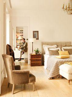 Dormitorio y salón, ambos en tonos blancos, no están separados por ningún objeto_00336292 13