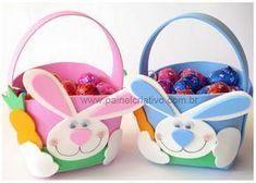 Moldes: Cestitas de Pascua Moldes de cestitas de Pascua en goma eva, conejito con zanahoria, para llenarla de dulces y huevitos de Pascua. #gomaevamoldes