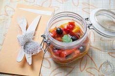 Peperoni con olive, capperi e pomodorini in vasocottura