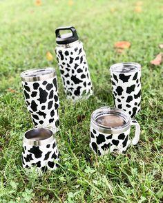 #yeti #yeticups #customyeti #personalizedyeti #cow #cowlover #cowprint #animalprint #farmanimals #dairycow #dairyfarm #yetimug #yetibottle #yetiwineglass Cow Kitchen Decor, Cow Decor, Diy Tumblers, Custom Tumblers, Custom Yeti, Estilo Country, Cow Gifts, Yeti Cup, Cute Cups