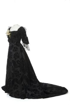 Worth evening dress, 1895 From Les Arts Décoratifs via Europeana Fashion Evening Gowns Images, Women's Evening Dresses, Christian Lacroix, Historical Costume, Historical Clothing, Victorian Fashion, Vintage Fashion, Victorian Era, House Of Worth