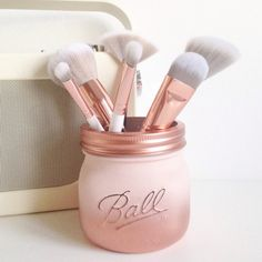 ETSY Love this make up brush holder! The rose gold ombre in goreous! Painted Ball mason jar in blush pink and copper ombre - desk decor, pen pot, makeup brush holder, wedding centrepiece, affiliate Makeup Storage Desk, Diy Makeup Desk, Makeup Room Decor, Makeup Organization, Mason Organization, Pot Mason Diy, Mason Jar Crafts, Copper Ombre, Pink Mason Jars