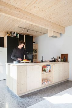 Glas-in-loods: van hangar tot designhuis Camper Interior Design, Diy Interior, Kitchen Interior, Kitchen Pantry Design, Modern Kitchen Cabinets, Plywood Kitchen, Wooden Kitchen, Small Room Bedroom, Cuisines Design