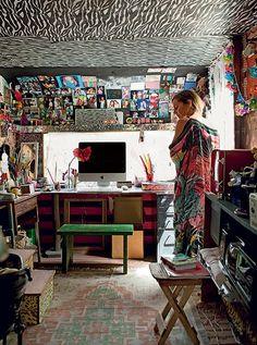 A florista Karin Farah cobriu o teto com tecido étnico. Há também espaço para fotos de amigos e familiares