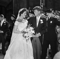 Photos of JFK and Jackie Kennedy - Images of JFK and Jackie Kennedy as Newlyweds Jacqueline Kennedy Onassis, John Kennedy, Jackie Kennedy Wedding, Estilo Jackie Kennedy, Les Kennedy, Bianca Jagger, Wedding Ceremony, Wedding Gowns, Wedding Day