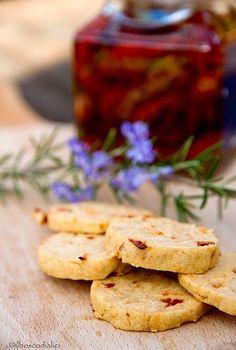 Biscotti salati con pomodori secchi e rosmarino.....e la sindrome dell'aperitivo.