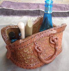 Keramická+kabelka+Keramická+kabelka,+pro+každou+dámu,+která+již+nechce+své+věci+nechat+válet+po+stole...+velikost+15x18+cm,+výška+9+cm