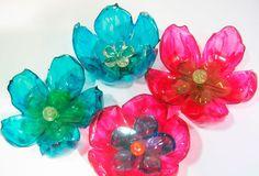 Como fazer flores com garrafas pet – passo a passo  Cada vez mais as pessoas estão investindo em materiais recicláveis para fazer artesanatos que,