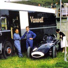 Os britânicos Stirling Moss e Tony Brooks ao lado do Vanwall VW 5 que é observado atentamente por uma mulher. GP da França de 1958 em Reims-Gueux. The British Stirling Moss and Tony Brooks near the Vanwall VW 5 who is observed closely by a woman. 1958 French GP at Reims-Gueux. #f1historia #f1 #formula1 #formulaone #f1race #f1racing #f1classic #f1passion #f1car #racingpassion #motorsports #motorsportsf1 #raceday #raceseason #racing #race #lovef1 #frenchgp #reims #reimscircuit #reimsgueaux…