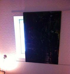 Dachfenster mit Leinwandbild bzw. dünner (3-4mm) Platte und Collage/Tapete/Bilderrahmen selbst verdunkeln.