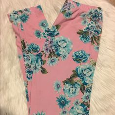 Floral leggings Floral print leggings. Says it's one size, but fits more like a small or Medium. E & K brand. Good condition. Not holes or damage. Has been worn a few times though. E & K Pants Leggings