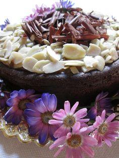 PAUSA DE CHOCOLATE Y DATILES Ingredientes: Para la base: 150 grs de cacao amargo 200 grs de azúcar orgánico 200 ml de agua hirviendo (o c/n) 150 ml aceite de oliva extra virgen 6 huevos