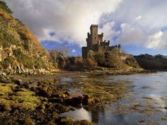 Dunvegan Castle, Isle of Skye, Inner Hebrides, Highland Region, Scotland, UK Lámina fotográfica by Patrick Dieudonne at AllPosters.com