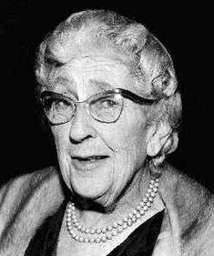 Agatha Christie, escritora británica del siglo XX considerada como la reina de la novela policíaca, de la que escribió 66 obras. Fue creadora de dos de los detectives más famosos de la literatura, Hércules Poirot y Miss Marple