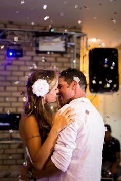"""Confiram a linda história de Thiara e Luciano, que agora faz parte da nossa série """"Casamentos Reais"""". Uma união na praia linda e emocionante! Vem ver:"""